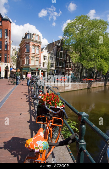 Amsterdam Single Gracht bicycle with tulips - Stock Image