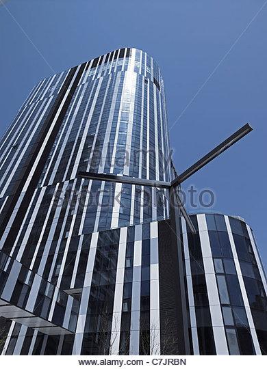 Modern skyscraper against blue sky - Stock Image