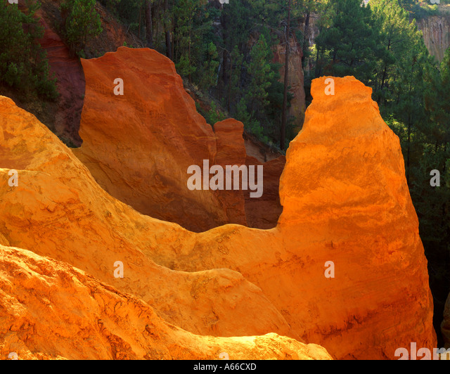 FR - PROVENCE:  Ochre Rocks or Carriere d'Ocre at Roussillon - Stock Image