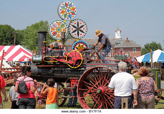 Pennsylvania Kutztown Kutztown Folk Festival Pennsylvania Dutch folklife steam engine tractor antique demo man woman - Stock Image