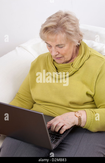 Mature lady using a laptop. - Stock-Bilder
