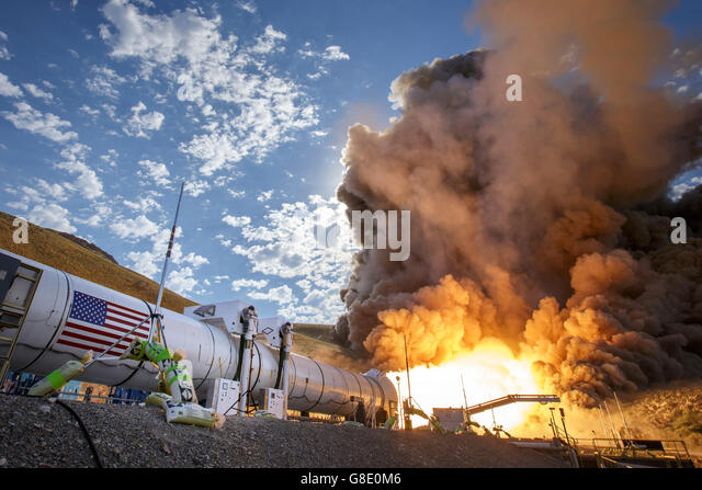 Promontory, Utah, USA. 28th June, 2016. Flames shoot out during the second and final qualification motor test for - Stock-Bilder