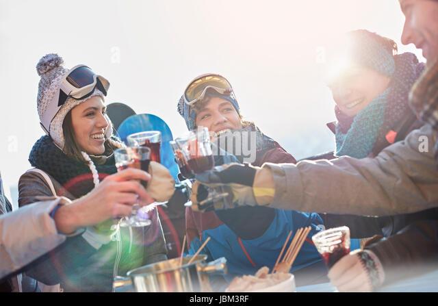 Skier friends toasting cocktail glasses apres-ski - Stock-Bilder