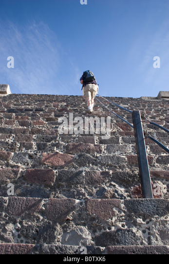 Tourists climbing Pyramid of the Moon at Teotihuacan, Mexico's third largest pyramid, pre-Columbian cities, - Stock-Bilder