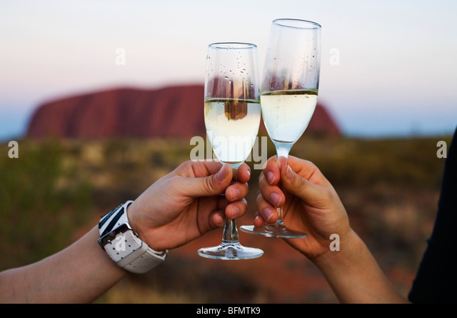 Australia, Northern Territory, Uluru-Kata Tjuta National Park.  Enjoying a glass of wine at Uluru (Ayers Rock). - Stock-Bilder