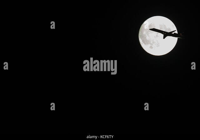 New York, United States. 04th Oct, 2017. Aircraft passes in front of full moon over New York Credit: Brazil Photo - Stock Image