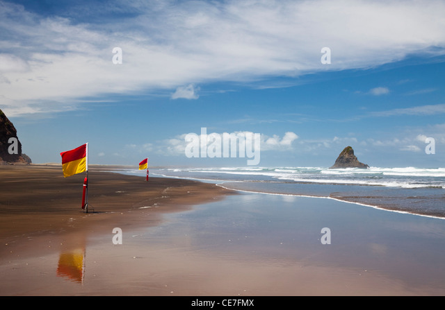 Surf lifesaving flags on Karekare beach.  KareKare, Waitakere Ranges Regional Park, Auckland, North Island, New - Stock Image