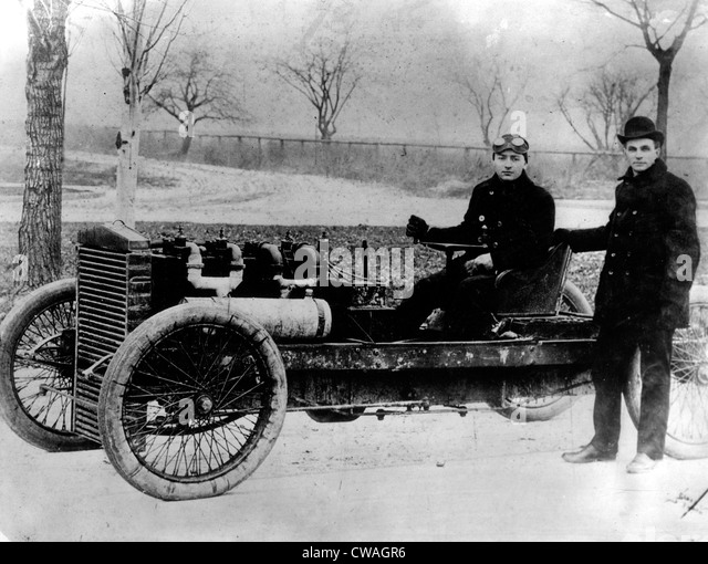 Henry Ford with driver Barney Oldfield in 'Old 99', an early Ford racing car, 1902. Courtesy: CSU Archives - Stock-Bilder