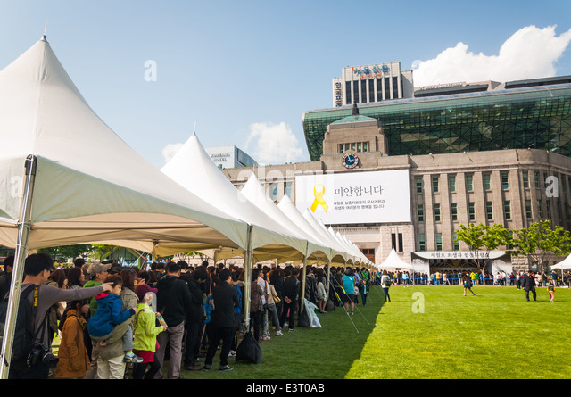 Mourners gather outside of Seoul City Hall on May 6, 2014 to pay their respects to victims of the Sewol ferry tragedy. - Stock Image