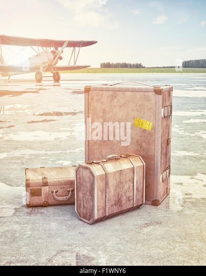 Vintage suitcases and retro airplane on runway. 3d concept - Stock-Bilder