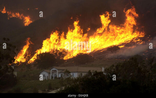 (republished 10/5/2005, E-3) (Published 11/02/2003, A-14; UTS1769501) Flames get very close to a home in San Diego - Stock-Bilder