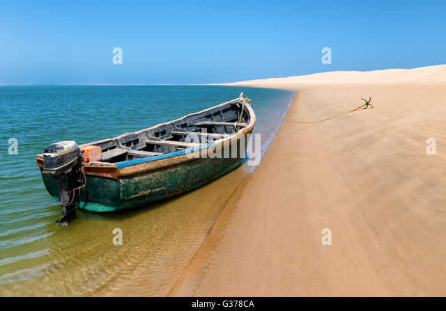 Fishing boat at the beach of Lagoon Khenifiss (Lac Naila), Atlantic coast, Morocco. - Stock Image