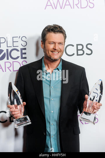 Los Angeles, USA. 18th Jan, 2017. Blake Shelton poses with the awards for Favorite Country Male Singer and Favorite - Stock-Bilder