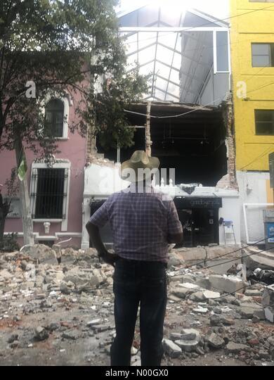 Colima 194-196, Roma Nte., Ciudad de México, Ciudad de México, Mexico. 19th Sep, 2017. A man watches the - Stock Image