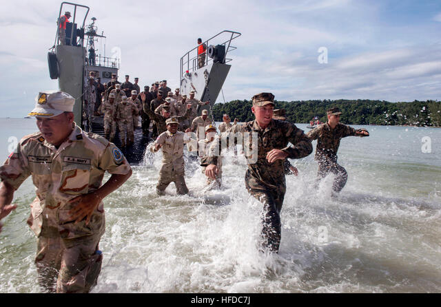 SIHANOUKVILLE, Cambodia (Nov. 3, 2016) - U.S. Marines, from 3rd Battalion, 2nd Marine Regiment, Seabees, from Naval - Stock Image