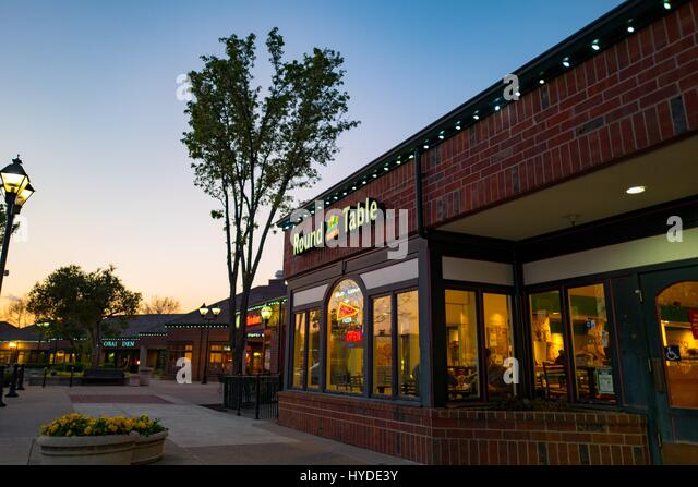 Round Table pizza restaurant at night in downtown San Ramon, California, March 30, 2017. Round Table Pizza, headquartered - Stock Image