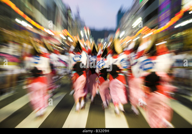 Dancers in tradtional japanese costume celebratng in the streets of Tokushima during the Awa Odori festival in Japan. - Stock-Bilder
