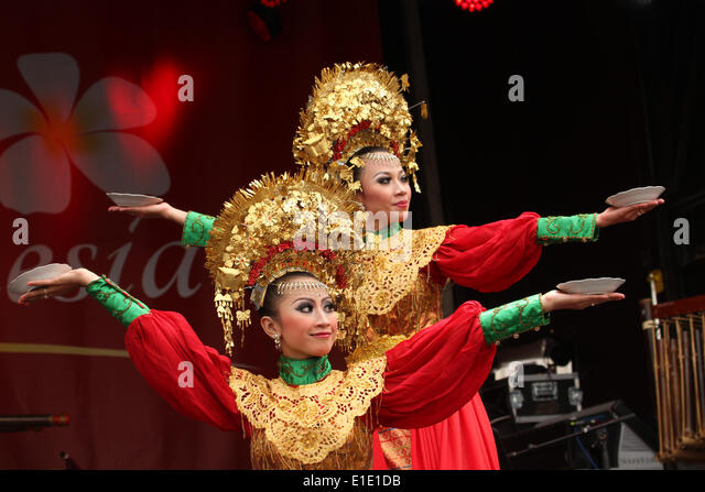 London, UK. 31 May 2014. Peree dancer from Sumatra. The dance is a thanks giving dance to the gods and is performed - Stock Image