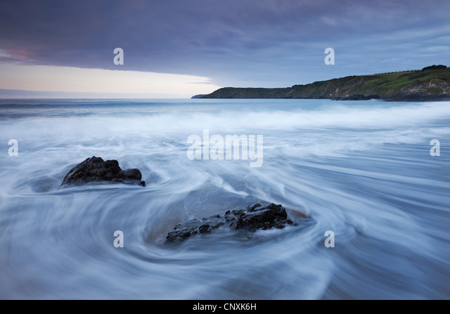 Waves rush onto the beach at Kennack Sands, Lizard Peninsula, Cornwall, England. Spring (May) 2011. - Stock Image