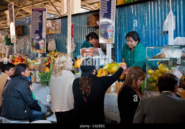 Peru, Cusco, Cuzco. Market, selling fruit juice. - Stock Image