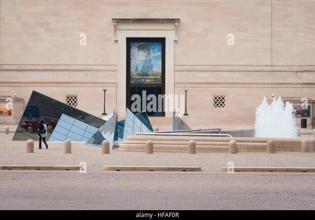 USA capital Washington DC District of Columbia Exterior National Gallery of Art fountain & modern geometric - Stock Image