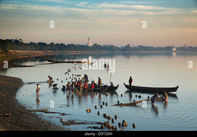 fishermen on Taungthaman Lake at Amarapura, nr Mandalay, Myanmar (Burma) - Stock-Bilder