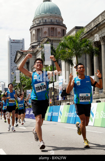 Runners at the Singapore Marathon 2010, Supreme Court and City Hall in the background. - Stock Image