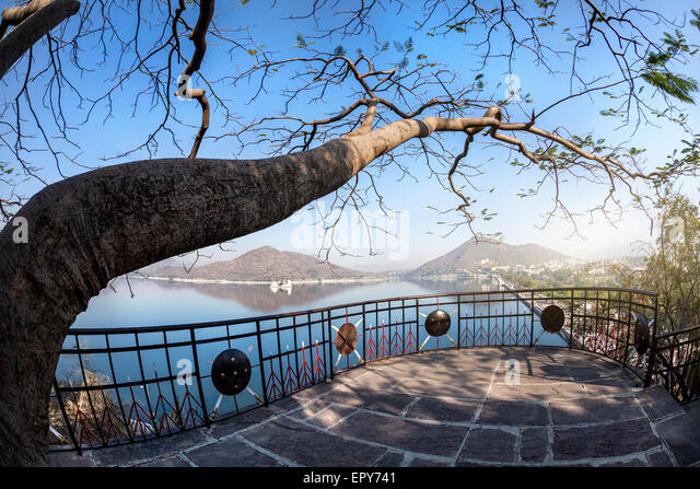 Fateh Sagar lake and Udaipur city view from the Nehru park in Rajasthan, India - Stock-Bilder