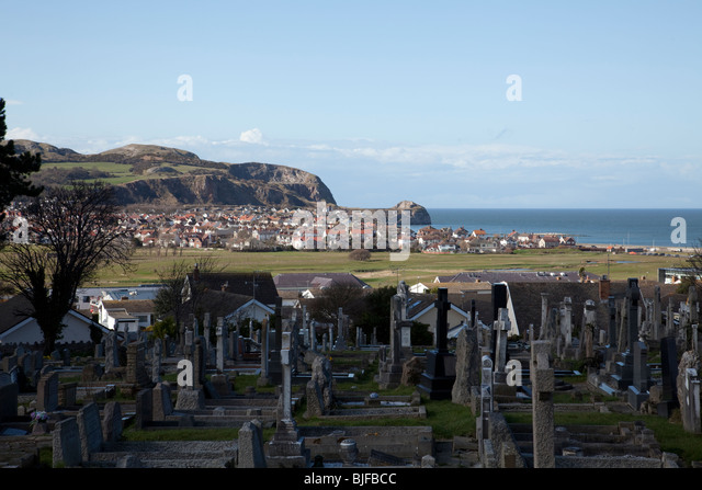 View of Penrhyn Bay, North Wales beyond the Rhos on Sea Golf course with the Little Orme in the background - Stock Image