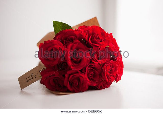 Red rose bouquet with gift tag - Stock Image
