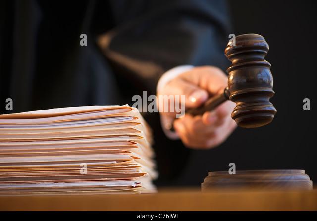 Judge holding gavel, close-up - Stock Image