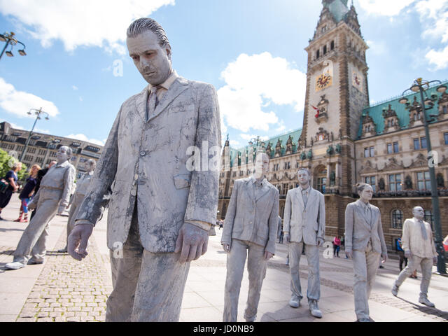 Hamburg, Germany. 17th June, 2017. Activists in a clay outfits at the Rathausmarkt during the art protest campaign - Stock-Bilder