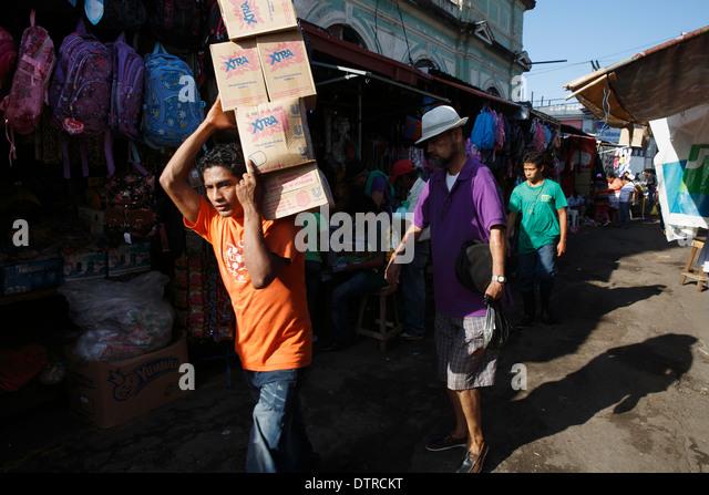 Man delivering boxes, Mercado Municipal, Granada, Nicaragua - Stock Image