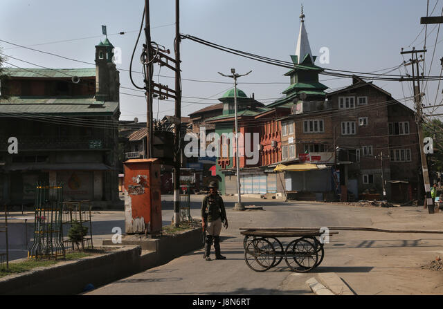Srinagar, Kashmir. 30th May, 2017. An Indian paramilitary trooper stands guard on a road during curfew-like restrictions - Stock Image