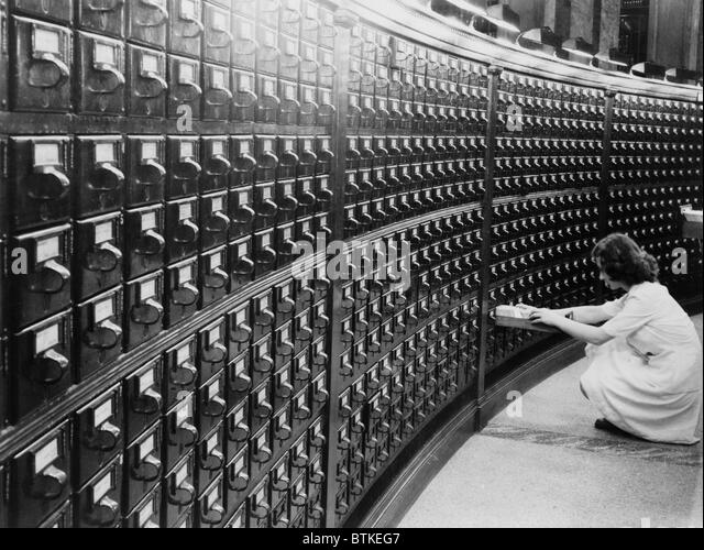 Woman using the card catalog at the Main Reading Room of the Library of Congress, ca. 1940. - Stock-Bilder