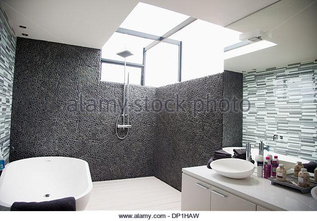 Sun shining through window in modern bathroom - Stock Image