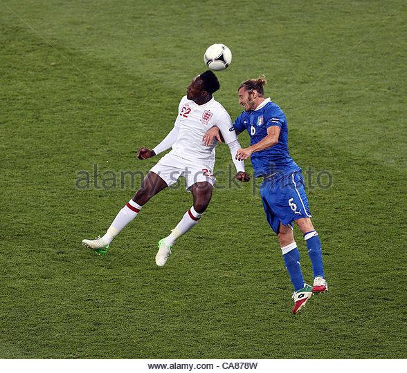 24/06/2012 Kiev. Euro 2012 Football. England v Italy. Danny Welbeck gets his head to the ball as he outjumps Federico - Stock-Bilder