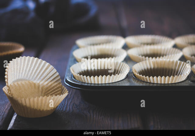 Paper Muffin Cups in Vintage Pan - Stock-Bilder
