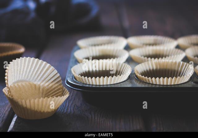 Paper Muffin Cups in Vintage Pan - Stock-Bilder