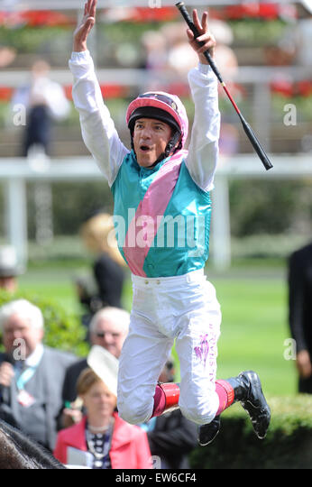 Ascot, Berkshire, UK. 18th June, 2015. Frankie Dettori executes a 'flying dismount' after his Royal Ascot - Stock Image