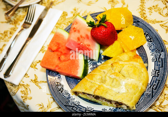 Arkansas Eureka Springs Mount Victoria Bed and Breakfast Inn food fruit watermelon plate strawberry orange slices - Stock Image