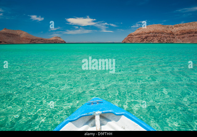 Little boat in the turquoise waters at Isla Espiritu Santo, Baja California, Mexico - Stock Image