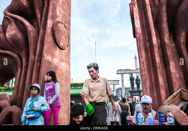 The crowd at the gate of Heroes Monument in Surabaya where Soekarno-Hatta monument stands. © Reynold Sumayku - Stock-Bilder