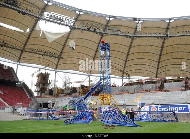 Fallen crane stock photos fallen crane stock images alamy for Apartments near mercedes benz stadium