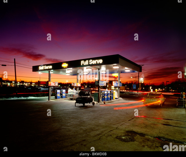 Dusk view of a gasoline station and convenience store; Maple Glen, Pennsylvania, USA - Stock-Bilder