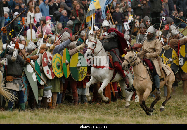 Battle, East Sussex, UK. 15th October, 2016. Re-enactors, dressed as Saxon and Normans perform a reenactment of - Stock-Bilder