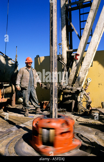 Oil drilling rig and worker in Texas - Stock-Bilder