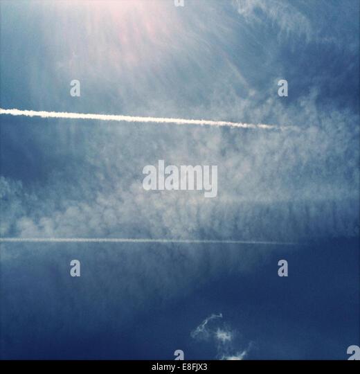 USA, Wisconsin, Kenosha, Airplane trail in sky - Stock Image