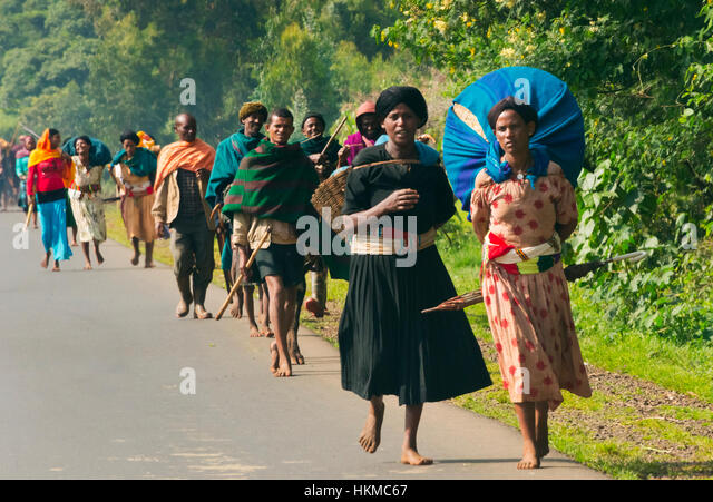 People traveling along the road, Bahir Dar, Ethiopia - Stock Image