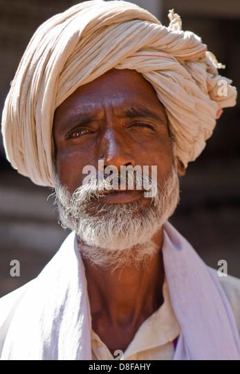 Asien, Indien, Karnataka, Mahakuta, Portrait of an indian man wearing a turban - Stock-Bilder